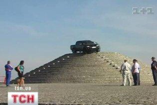 Дніпропетровець застряг на позашляховику на піраміді