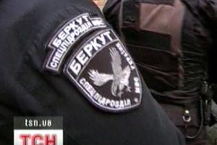 """""""Беркут"""" потрапив на камеру спостереження під час побиття затриманого"""
