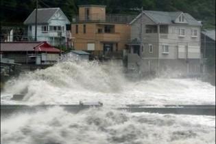 Через тайфун в Китаї евакуйовані сотні тисяч людей