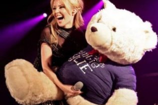 "Facebook забанив Кайлі Міноуг за ""член"" плюшевого ведмедя"