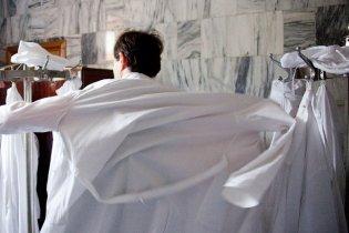 Парни в белых халатах забросали камнями управление киевского метро