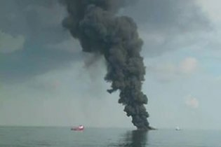 В районе аварии на буровой платформе появилось нефтяное пятно