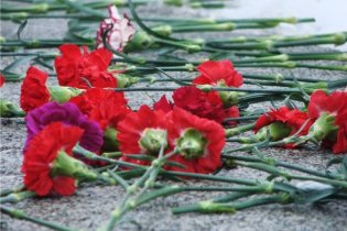 В Луганске возложили цветы к памятнику жертвам ОУН-УПА