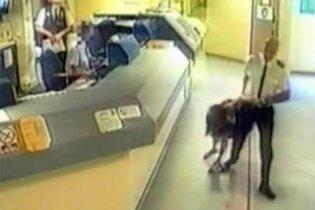 В Британии полицейский разбил женщине лицо об пол, за то что она спала в машине