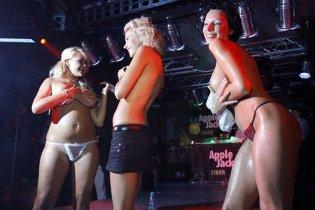 """У США заарештували """"липового"""" хірурга, який розглядав жіночі груди в барі"""