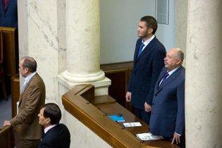 Виктор Янукович в Раде голосует за четверых (видео)