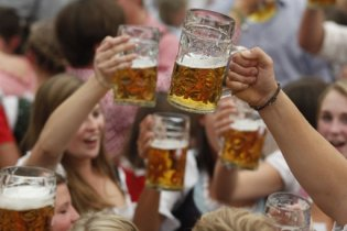 Во время матчей Евро-2012 на стадионах разрешат пить пиво