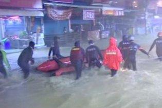 """На Азию обрушился тайфун """"Фанапи"""""""