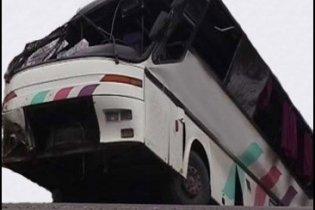 В Індії автобус впав з мосту в річку, 31 загиблий