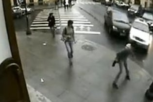 Петербуржець дивом уцілів після того, як до нього на тротуар вилетіли дві іномарки