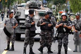 В Эквадоре военные и полиция заблокировали аэропорт