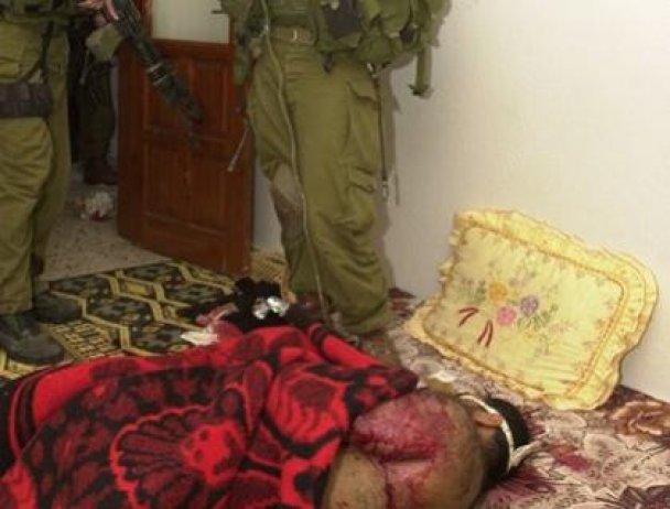 Опубліковані нові фото, на яких ізраїльські солдати принижують палестинців