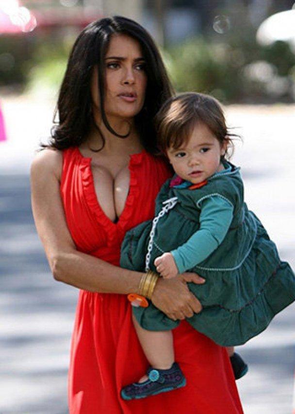 """Самой сексуальной мамой Голливуда названа """"женщина-кошка"""" Холли Берри"""