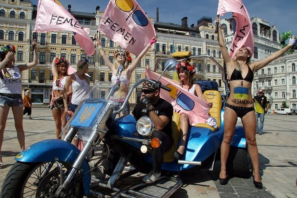 Голые FEMENистки развлеклись с байкерами и попали в милицию