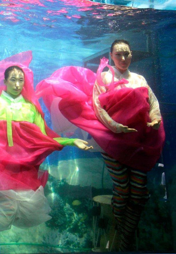 Впервые в мире прошел показ мод под водой