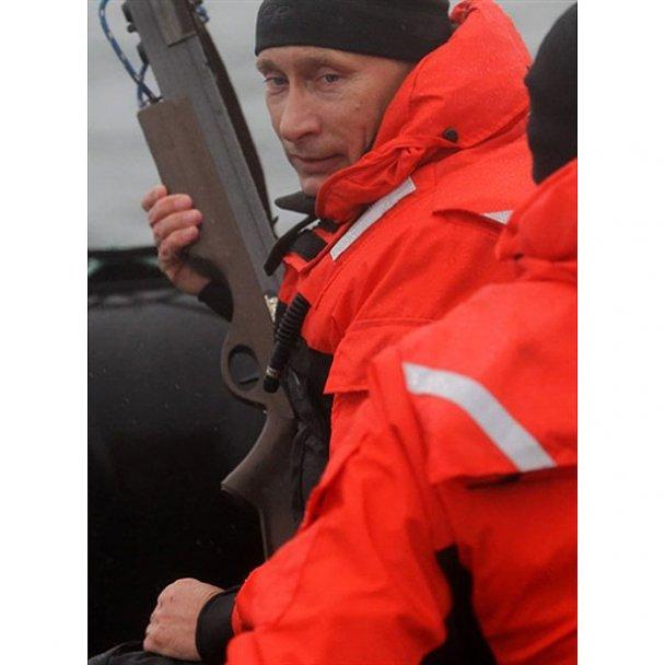 Путін стріляв з арбалета у кита: вцілив лише з четвертого разу