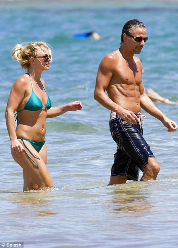 Брітні Спірс влаштувала любовні ігри у воді перед папарацці