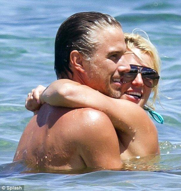 Бритни Спирс устроила любовные игры в воде перед папарацци