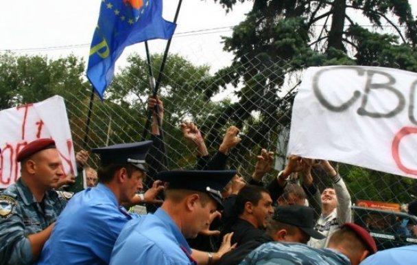Посольство РФ в Києві оточили колючим дротом