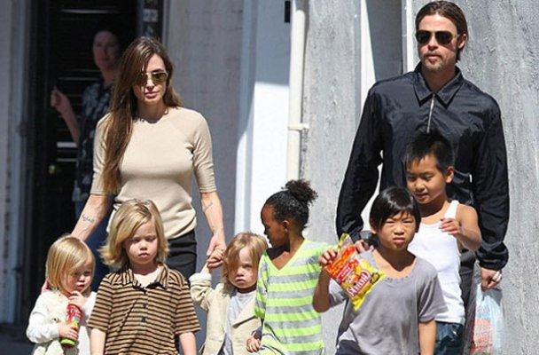 Джолі зізналась, що годує своїх дітей кониками