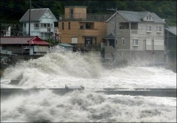 Над Японією бушує тайфун