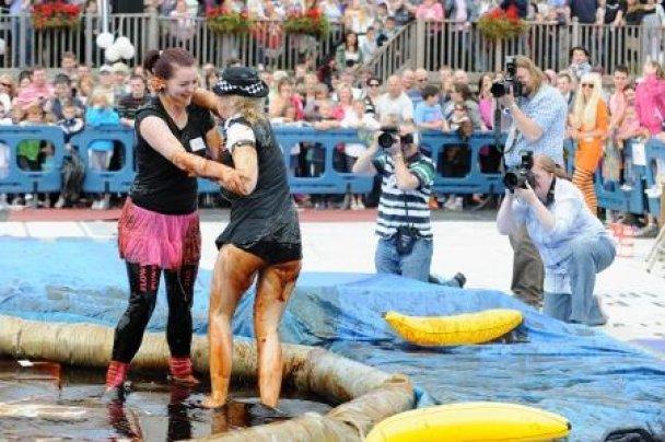 Чемпионат по борьбе в мясной подливе в Британии