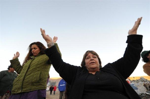 Скандал в Чили: жены замурованных в шахте горняков поссорились с любовницами