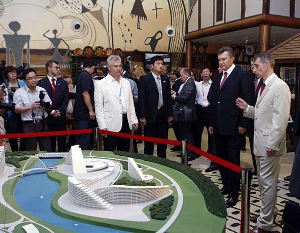 Виктору Януковичу в Гонконге подарили быка