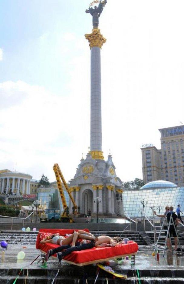 Макс Барских в центре Киева в одних трусах искал любви (видео)