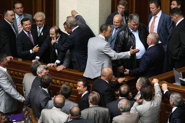Сессия Верховной Рады открылась дракой депутатов