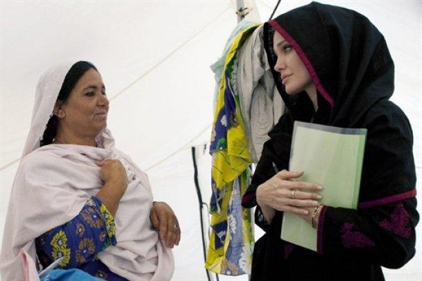 Анджелина Джоли посетила разрушенный наводнением Пакистан