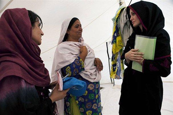 Джолі поїхала навчати біженців до Афганістану