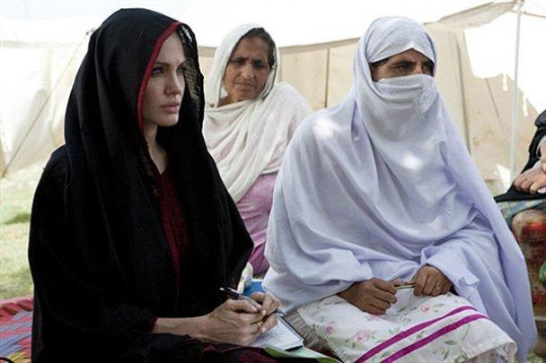 Анджелина Джоли в Пакистане надела хиджаб