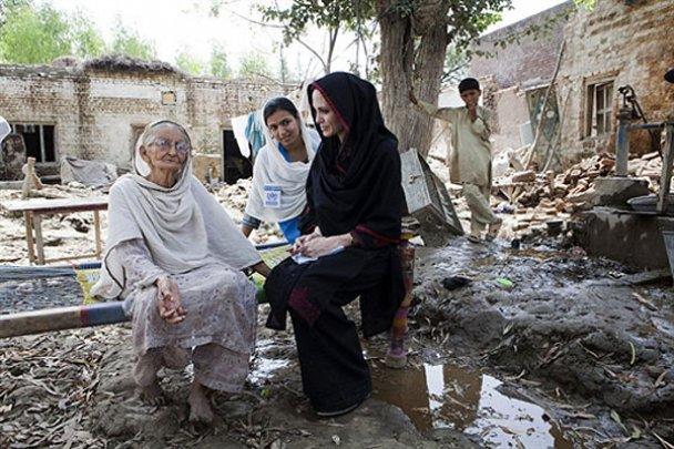 Біженці мало не затоптали Анджеліну Джолі