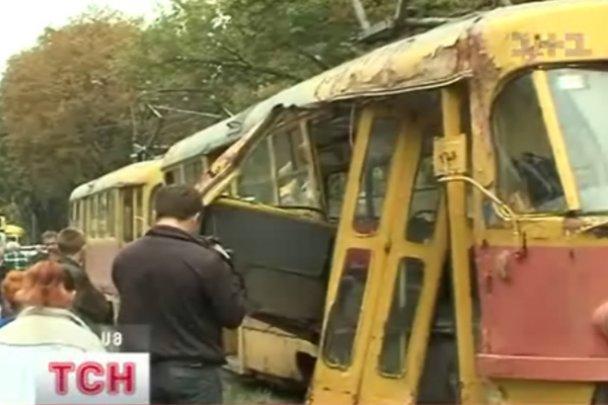 У Києві зіткнулися автобус і трамвай, є постраждалі