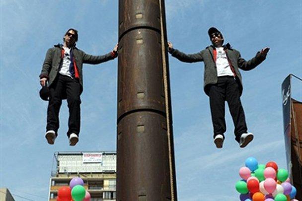 Иллюзионисты в Чили научились зависать в воздухе