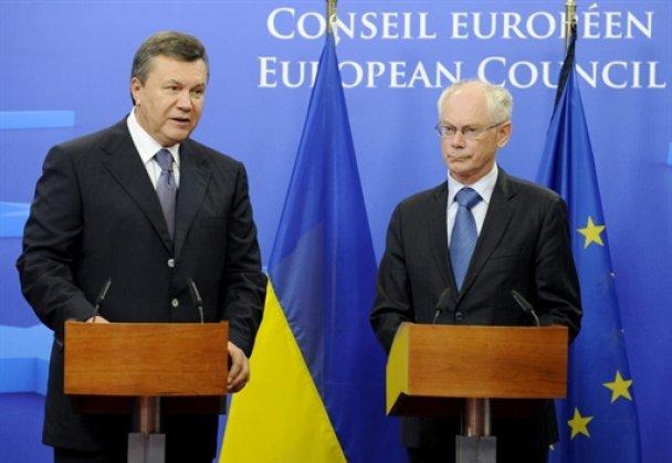 Янукович обменял рушник и мячик на комплименты от Европы