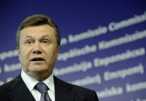 Янукович обміняв рушник і м'ячик на компліменти від Європи