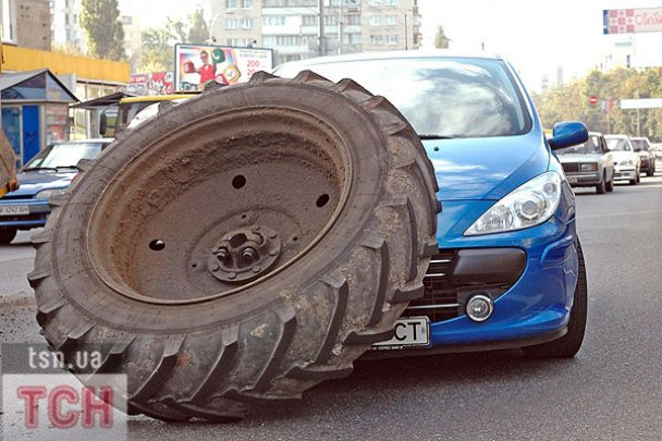 ДТП в Киеве: колесо от трактора накрыло легковушку
