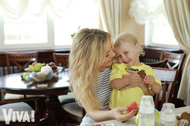 Співачка Тіна Кароль годує сина вівсянкою