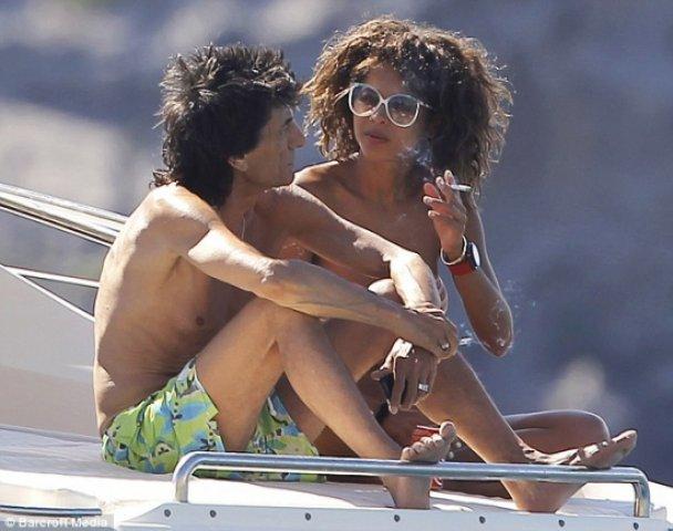 Ронні Вуд з бразильською коханкою відпочиває в Іспанії