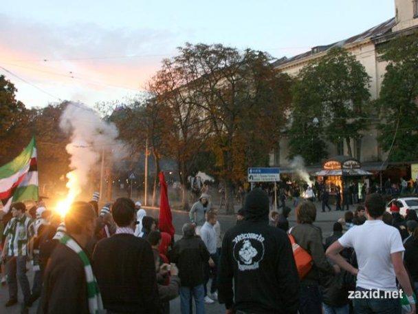 """Стычка между фанами """"Карпат"""" и """"Боруссии"""" во Львове"""