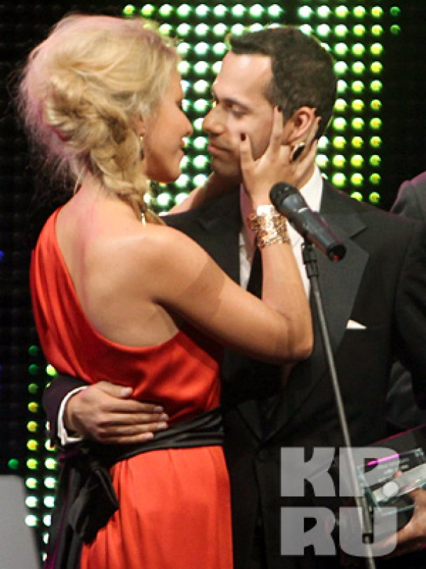 Собчак на сцене поцеловала женатого мужчину