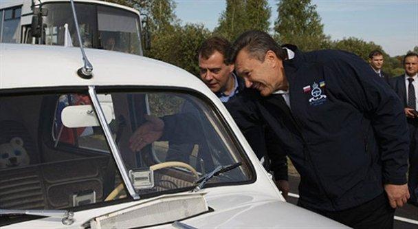 Янукович і Мєдвєдєв взяли участь в автопробігу