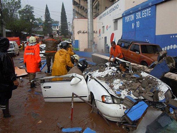 В столице Гондураса из-за дождей обрушился стадион