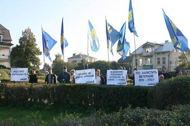 """Львовские власти под крики """"Позор!"""" помянули советских партизан"""