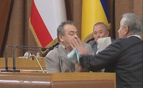 У кримському парламенті депутати влаштували бійку