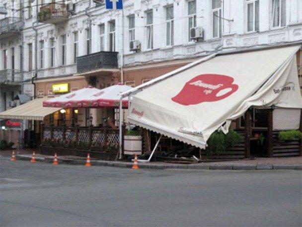 """""""Субару"""" разгромил два ресторана на Подоле"""