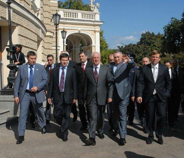 В Одессе Азаров посетил оперу и супермаркет