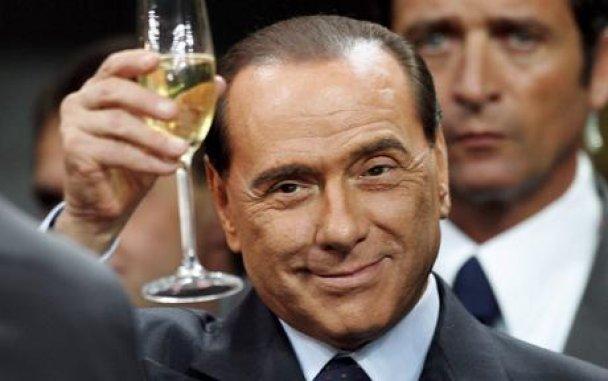 Опубліковані перші фото з оргій Берлусконі: рольові ігри та лесбіянки